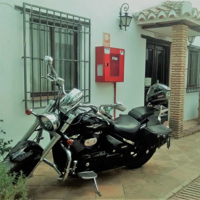 Una moto de un motero junto a la recepción del hotel